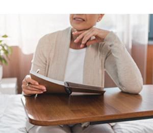 שולחן סיעודי ושידות שירות